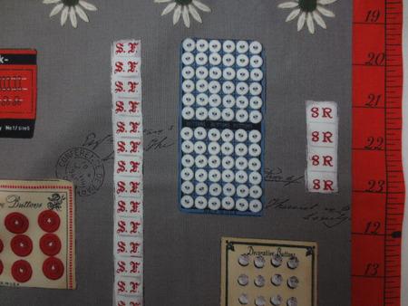 コットンプリント 生地 小関鈴子 SUZUKO KOSEKI カードボタン グレイ地 [PT4612]