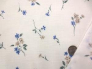 110cm幅 コットン60ローンプリント  ブルー系小花柄/オフ白地