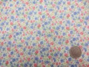 綿ローン 小花プリント オフ白地 肌ざわりのいい生地です。
