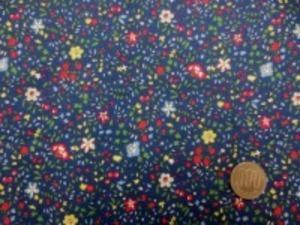 80ローン 小花プリント 濃紺地 すごく肌ざわりのいい生地です。