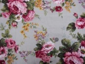 YUWA オックス  ポピュラーなロココ調の花柄 少しベージュっぽいグレイ地