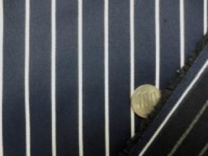 ツイルくらいの厚さの ストライプのストレッチ 白/濃紺 すごく柔らかい風合いでよくのびます。 白部分の幅 3mm 濃紺部分の幅 15mm