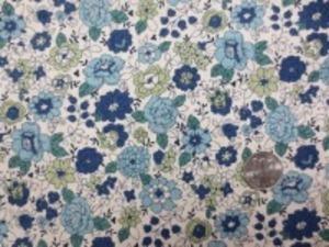 YUWA 麻の混率の少ない綿麻プリント ブルー紺系花/生成地 YUWAさんの人気のプリントが綿麻に なって登場です。 インテリアにもお洋服にも使い易いです。