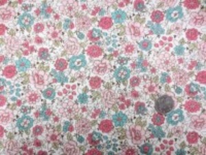 YUWA 麻の混率の少ない綿麻プリント 少しグリーンがかったブルー、 ピンク系花/生成地 YUWAさんの人気のプリントの新色 インテリアにもお洋服にも使い易いです