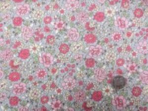 YUWA 麻の混率の少ない綿麻プリント ピンク系花/薄いグレイ地 YUWAさんの人気のプリントの新色 インテリアにもお洋服にも使い易いです