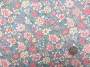 YUWA 麻の混率の少ない綿麻プリント ピンク系花/ダークブルー地 少しグリーンがかったブルー YUWAさんの人気のプリントの新色 インテリアにもお洋服にも使い易いです