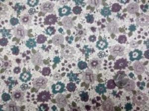 YUWA 麻の混率の少ない綿麻プリント くらいくすんだパープル系花/生成地 YUWAさんの人気のプリントが綿麻に なって登場です。 インテリアにもお洋服にも使い易いです