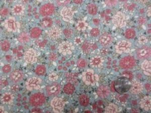 YUWA 麻の混率の少ない綿麻プリント ピンク系花/グレイ地 少しグリーンがかったグレイです。 YUWAさんの人気のプリントが綿麻に なって登場です。 インテリアにもお洋服にも使い易いです