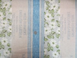 YUWA 綿麻のストライプ 花柄ボーダー 英字部分も含めて洗いざらしたような アンティークな雰囲気のプリント