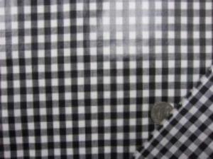 黒白のギンガムチェック チェックの大きさ 6mm つやありビニールコーティング  ブロードくらいの生地に0.1mmの 薄手の光沢ありのビニールを貼って います。 薄手のビニール加工生地です。