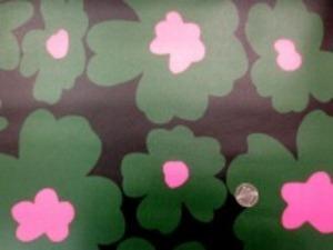 コットンこばやし ツイルの 大きな カラフルなプリントの ビニールコーティング  ショッキングピンク グリーン/黒地