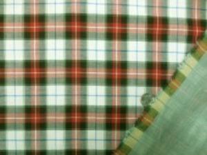 幅広のダブルガーゼ タータンチェック ヘリンボーンの織柄になっています。 黒 赤 オフ白に細いブルーと 薄いグリーンのライン 裏はグリーンの無地