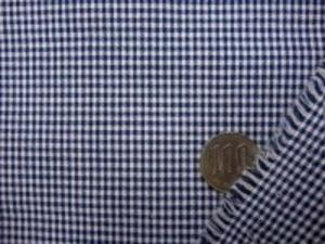 TC極小ギンガムチェック  紺 チェックの大きさ 1.5mm ノーアイロンでOK、エプロンなど 何にでも使えます。 ポプリンタイプで、シーティングより 少ししっかりめの生地