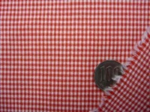 TC極小ギンガムチェック  赤 チェックの大きさ 1.5mm ノーアイロンでOK、エプロンなど 何にでも使えます。 ポプリンタイプで、シーティングより 少ししっかりめの生地