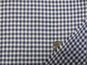 薄手の少し透け感のある TCギンガムチェック 濃紺/白 チェックの大きさ 4mm 柔らかいふわっとした感じの生地