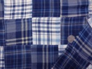 インド綿 綾織りビエラ  少し起毛した感じのブルーと紺系の タータンチェックのパッチワーク 裏側ロックして、つないでいます。