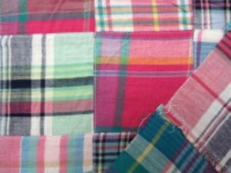 インド綿 平織りマドラスチェックの パッチワーク ピンク系 裏側ロックして、つないでいます。パッチの大きさ 8cm
