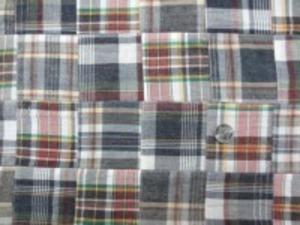 インド綿 平織りマドラスチェックの パッチワーク グレイ系 ヴィンテージな風合いの ウオッシュ加工 アンテークな感じ 裏側ロックして、つないでいます。 パッチの大きさ 8cm