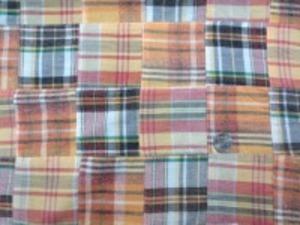 インド綿 平織りマドラスチェックの パッチワーク オレンジ系 ヴィンテージな風合いの ウオッシュ加工 アンテークな感じ 裏側ロックして、つないでいます。 パッチの大きさ 8cm