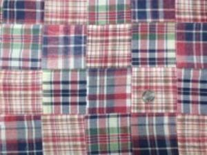 インド綿 平織りマドラスチェックの パッチワーク 赤系 ヴィンテージな風合いの ウオッシュ加工 アンテークな感じ 裏側ロックして、つないでいます。 パッチの大きさ 8cm