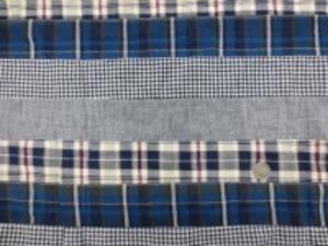 インド綿 平織りマドラスチェックの パッチワーク 濃紺系 裏側ロックして、横ボーダーに 無地 ギンガム チェック2種類を つないでいます。 横段の幅 5cm