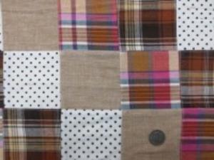 インド綿 平織りマドラスチェックの パッチワーク ブラウンベージュ系 ドットバージョン  裏側ロックして、つないでいます。 パッチの大きさ 8cm