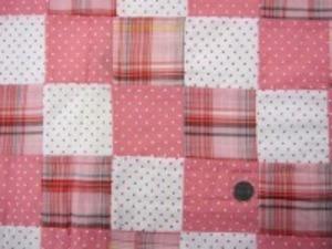 インド綿 平織りマドラスチェック 少し薄手のローンタイプの パッチワーク ピンク系 裏側ロックして、つないでいます。 パッチの大きさ 8cm