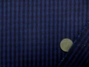 ヒッコリーストライプ 10オンスデニムくらいの厚さの生地 黒っぽい濃紺と濃紺のストライプ オーバーダイした感じの濃い色あい 柔らかい風合いです。 濃紺部分の幅 4mm 紺部分の幅 4mm