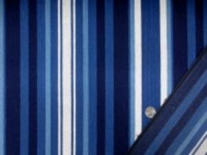 10オンスデニムくらいの厚さの インディゴのグラデーションの先染め 綾織リデニムストライプ プリントではありません。 厚くても、柔らかい風合い 一番太い濃紺部分の幅 3cm