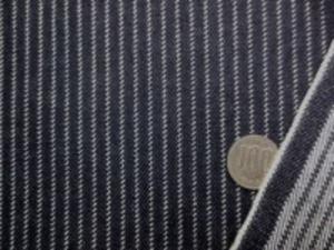 ヒッコリーストライプ 12オンスデニムくらいの厚めの生地 オフ白/濃紺 オフ白ストライプ部分がギザギザ模様に 横糸がわたっていて、珍しいストライプ オフ白部分の幅 2mm 濃紺部分の幅 4mm