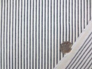 ヒッコリーストライプ 7オンスデニムくらいの厚さの生地 オフ白(生成りっぽい)/濃紺 オフ白部分の幅 3mm 濃紺部分の幅 1.5mm