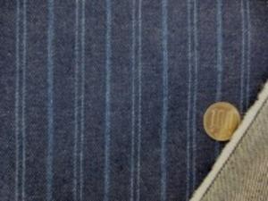デニムストライプ 12オンスくらいの濃紺のデニムに ダークブルーのストライプの織り込み ブルーシングル部分の幅 2.5mm ブルーダブルの部分の幅 1mm 濃紺部分の幅 15mm