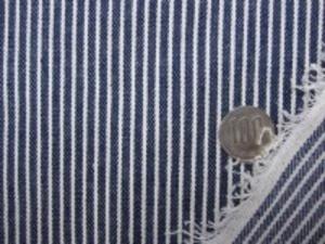 ヒッコリーストライプ 7オンスデニムくらいの厚さの生地 オフ白(生成りっぽい)/濃紺 オフ白部分の幅 1.5mm 濃紺部分の幅 3mm