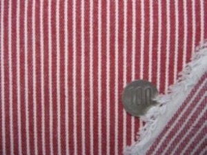 ヒッコリーストライプ 7オンスデニムくらいの厚さの生地 オフ白(生成りっぽい)/赤 オフ白部分の幅 1.5mm 赤部分の幅 3mm