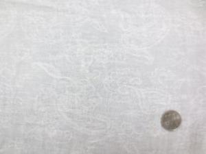 綿麻ガーゼ ジャガード オフ白 画像ではわかりにくいですが、 ペイズリーと花のジャガード織柄です。 柔らかい風合い