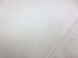 裏ガーゼの二重の接結のような ヘリンボーンのオフ色 柔らかい風合いの生地です。 3mmくらいの細いヘリンボーンで ヘリンボーンの織り柄は、あまり めだちません。