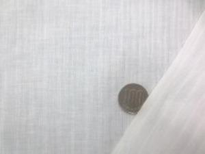 綿麻 ドビーストライプ オフ白 ヘリンボーンのような綾織りなどの ストライプの織り柄です。 ほんの少しですが透け感のある厚さです ブラウスなどに最適