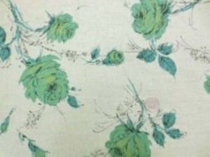 YUWA リネンプリント  少し薄手のリネンのプリントです。 柔らかい風合いで、ブラウス、 ワンピースなどに最適です。 グリーン花/薄い杢モスグリーン地