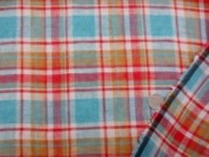 リネンチェック ダークブルー/ダークレッド/ ダークマスタード チェックの大きさ 横14.5cm  縦12cm 少し粗目の織りで、透け感あります。