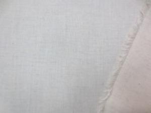 横糸がムラ糸で、少しネップのある ダンガリー 生成り 綿麻っぽいナチュラルな風合い