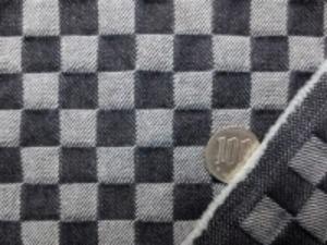 10オンスくらいのデニム 濃紺 市松 すごく濃い紺です。 市松の大きさ 15mmの正方形 洗い加工で、柔らかい風合い 少し市松に凹凸感でました。 某メーカー使用生地 製品化販売不可