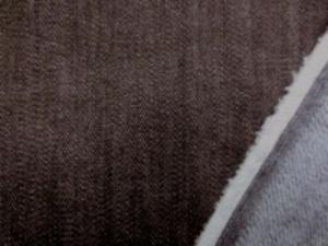 9オンスデニムくらいの厚さの ストレッチデニム 濃ブラウン 裏起毛 少しムラ・濃ブラウン 少しの裏起毛で、柔らかい風合い