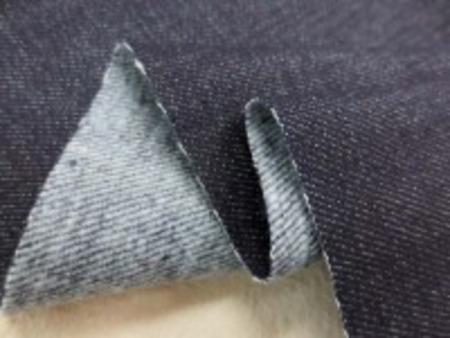 10オンスくらいの厚さの裏起毛の セルビッチデニム 濃紺 白耳 裏側起毛しています。