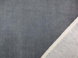 11オンスくらいの厚さの セルビッチデニム 濃グレイ 裏起毛
