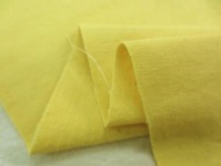 少し薄手のキャンバスタイプの 手染め 天日乾燥 濃い黄色 小ロットで、手作業で生産された生地。