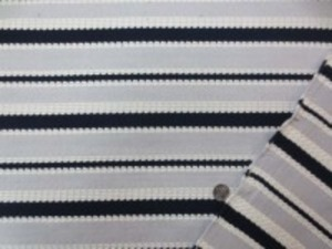 おもしろいドビーニット 薄いグレイ/濃紺/オフ白 あまり伸びません。 グレイ部分の幅 3cmと2.5cm 濃紺部分の幅 2cmと1cm