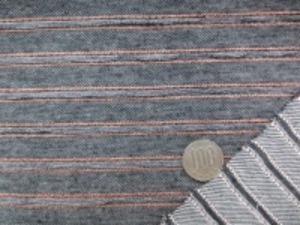 ちょっとおもしろい デニムニットボーダー 黒 綾織りのデニムのようなのような地の オレンジラインのボーダーなのですが オレンジノライン2本にはさまれた部分が コードのよう盛り上がっています。
