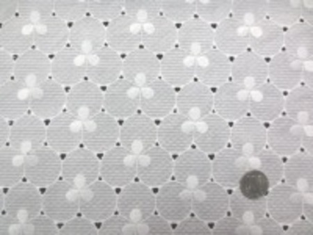 薄手のシーティングくらいのドビー生地に 刺繍しています。 波のようなボーダーのドビー オフ白 柔らかい風合いです。 生地幅 120cm 刺繍有効幅 104cm