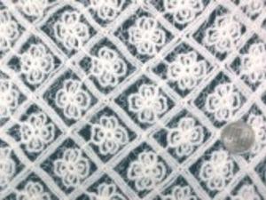 ンダムな細い糸のメッシュに 少し太目の糸で刺繍をしています。 オフ白 柔らかい風合いです。 生地幅 150cm 刺繍有効幅 130cm
