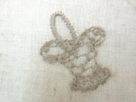 綿麻のシーティングくらいの生地に 刺繍しています。 レースではありません。 ライトブラウン/生成地
